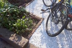 De grindplaten voorkomen dat het grind wegrolt, goed gelukt dus