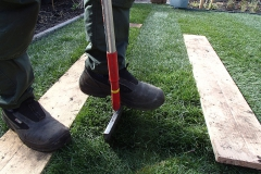 Graszoden leggen en steken om het mooi passend te maken