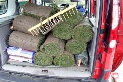 Graszoden halen bij de grashandel in Akersloot