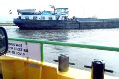 Tuinvrouwen met zeebenen op de pont richting De Rijp