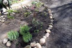 Border in Heiloo opgeschoond, aantal nieuwe planten erbij en nieuwe rand met keien gemaakt.