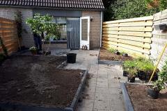 Ontwerp met schuine lijnen om tuin groter te laten lijken.