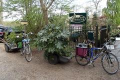 Als het kan, halen we nieuwe planten met de fiets.