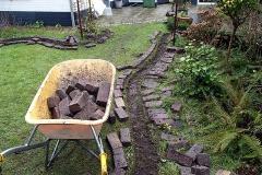 Er zijn heel veel stenen weggehaald. Meer ruimte voor planten.