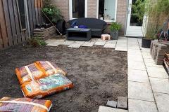 De grond zit vol met klei - verbeteren we met compost.