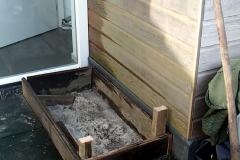 Tegels eruit, van oud hardhout een rand gemaakt