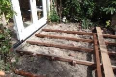 Onder het terras - op het zand - komt straks ook grind
