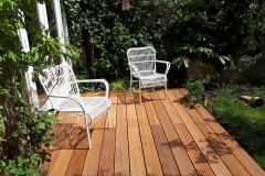 We hebben de bestrating bij deze tuin vervangen door een mooie houten vlonder