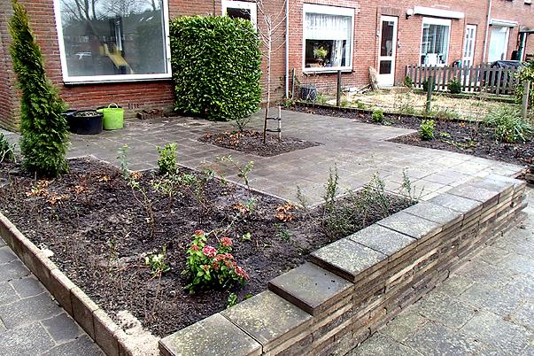 tegels uit de tuin halen, planten erin en stapelmuurtjes